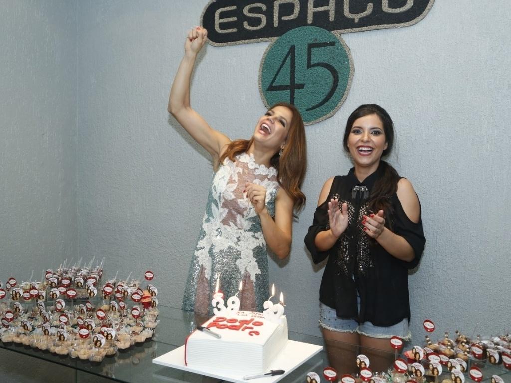 6.abril.2013 - A atriz Nívea Stelmann e a escritora Lua Veiga comemoram seus aniversários juntas em casa de festas do Rio de Janeiro