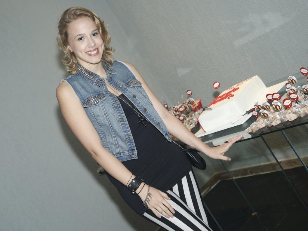 6.abril.2013 - Atriz Marcella Rica posa ao lado do bolo de aniversário de 39 anos de Nívea Stelmann