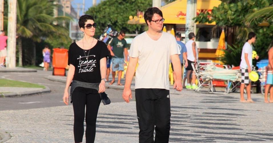 7.abr.2013 - Ao lado do marido, Larissa Maciel caminha na zona oeste do Rio