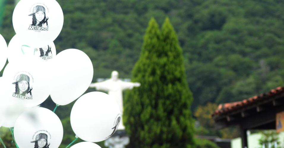 7.abr.2013 - Balões brancos com os nomes das vítimas do massacre de Realengo. Uma missa em homenagem às vítimas do massacre ocorrido há dois anos na Escola Municipal Tasso da Silveira, em Realengo, foi celebrada neste domingo pelo arcebispo do Rio de Janeiro, dom Orani Tespesta, na paróquia Nossa Senhora de Fátima e São João de Deus, no mesmo bairro