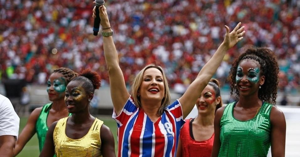 7.abr.2013 - Claudia Leitte canta na inauguração do estádio da Copa em Salvador