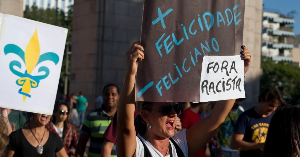 7.abr.2013 - Manifestantes realizam protesto contra o pastor Marco Feliciano (PSC), presidente da Comissão de Direitos Humanos da Câmara, em Porto Alegre (RS), neste domingo (7)