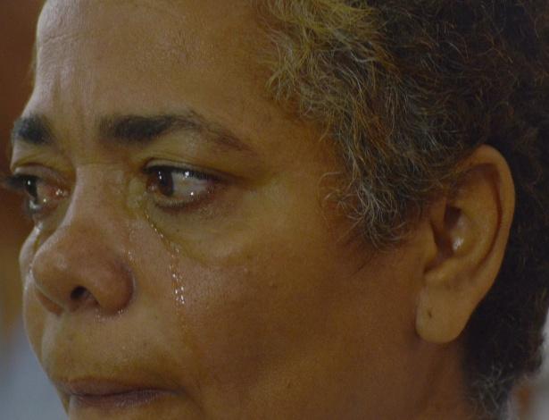 7.abr.2013 - Mulher chora durante a missa em homenagem às vítimas do massacre ocorrido há dois anos na Escola Municipal Tasso da Silveira, em Realengo, no Rio, neste domingo. A missa foi celebrada pelo arcebispo do Rio de Janeiro, dom Orani Tespesta, na paróquia Nossa Senhora de Fátima e São João de Deus, em Realengo