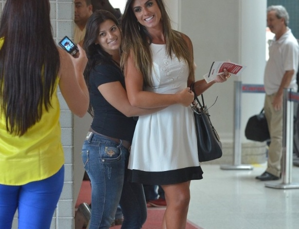 7.abr.2013 - Nicole Bahls tira foto com fã em aeroporto do Rio
