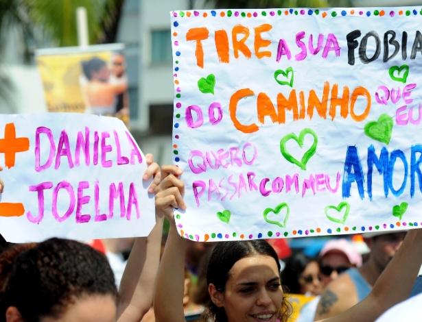 7.abr.2013 - Pessoas protestam na praia de Copacabana, no Rio de Janeiro (RJ), contra a permanência do deputado federal Marco Feliciano (PSC-SP) no comando da Comissão de Direitos Humanos da Câmara