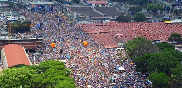 Milhares de pessoas participam de comício de campanha do candidato da oposição à presidência da Venezuela Henrique Capriles em Caracas neste domingo (7). As eleições presidenciais venezuelanas ocorrem no dia 14 de abril - Luis Camacho/AFP