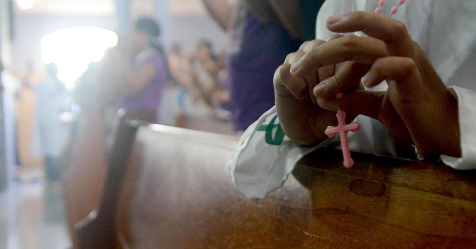 7.abr.2013 - Uma missa em homenagem às vítimas do massacre ocorrido há dois anos na Escola Municipal Tasso da Silveira, em Realengo, foi celebrada neste domingo pelo arcebispo do Rio de Janeiro, dom Orani Tespesta, na paróquia Nossa Senhora de Fátima e São João de Deus, no mesmo bairro