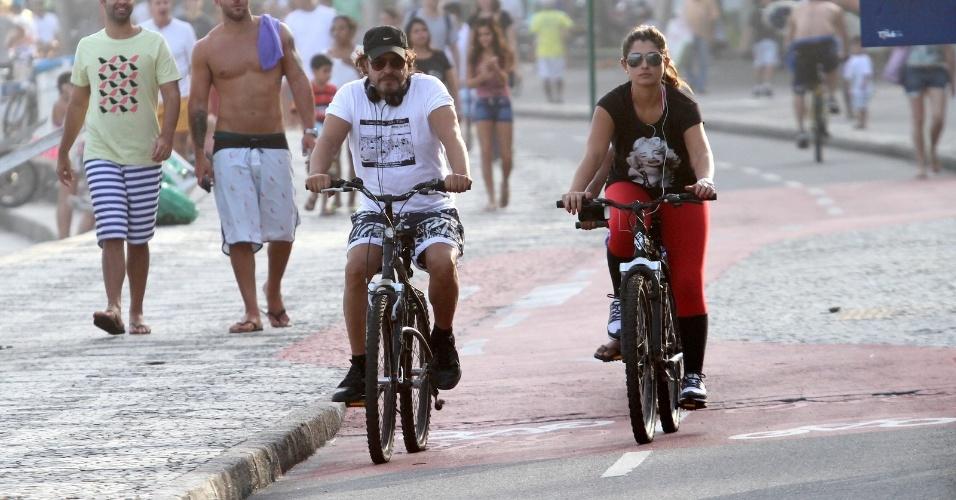 7.abr.2013 - Wolf Maya pedala com amiga na orla do Leblon
