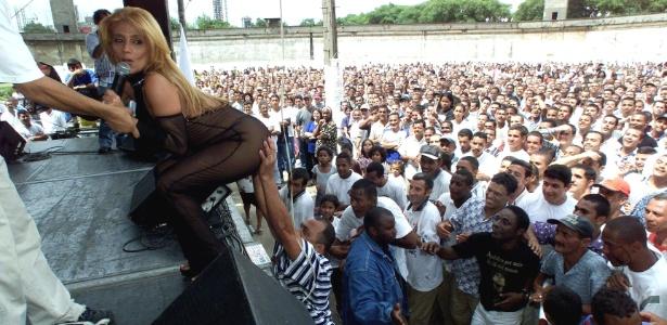 A dançarina e ex-chacrete Rita Cadillac é assediada por presos durante.festa de fim de ano dos detentos e seus familiares, na Casa de Detenção de São Paulo, no Carandiru, em dezembro de 1999
