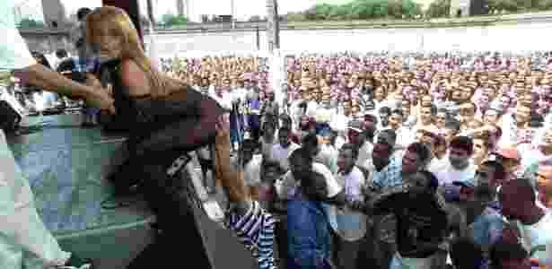 A dançarina e ex-chacrete Rita Cadillac é assediada por presos durante.festa de fim de ano dos detentos e seus familiares, na Casa de Detenção de São Paulo, no Carandiru, em dezembro de 1999 - Juca Varella - 15.dez.1999 / Folhapress
