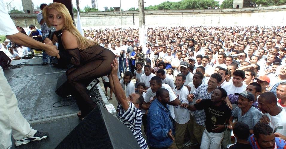 A dançarina e ex-chacrete, Rita Cadillac, é assediada por presos durante.festa de fim de ano dos detentos e seus familiares, na Casa de Detenção de São Paulo, no Carandiru, em dezembro de 1999
