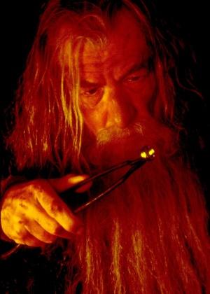 """Ian McKellen como Galdalf segura o Um Anel no primeiro filme da trilogia """"O Senhor dos Anéis - A Sociedade do Anel"""" - Divulgação"""