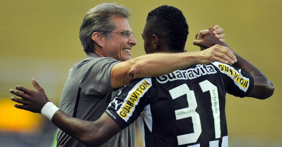 Oswaldo de Oliveira comemora gol de Vitinho em jogo do Botafogo contra o Olaria