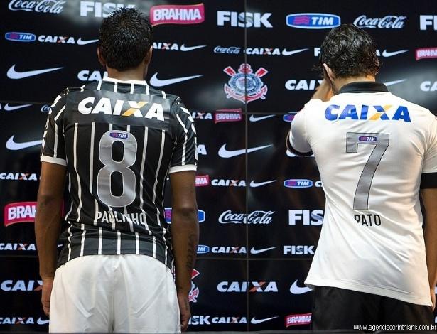 08.04.2013 - Paulinho e Alexandre Pato serviram de garotos-propaganda do novo uniforme do Corinthians. Na imagem, a dupla mostra a parte de trás da camisa