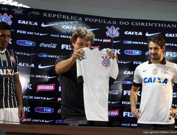 08.04.2013 - Tupãzinho, herói do título brasileiro de 1990, exibe uma réplica da camisa daquela conquista, ao lado de Paulinho e Alexandre Pato