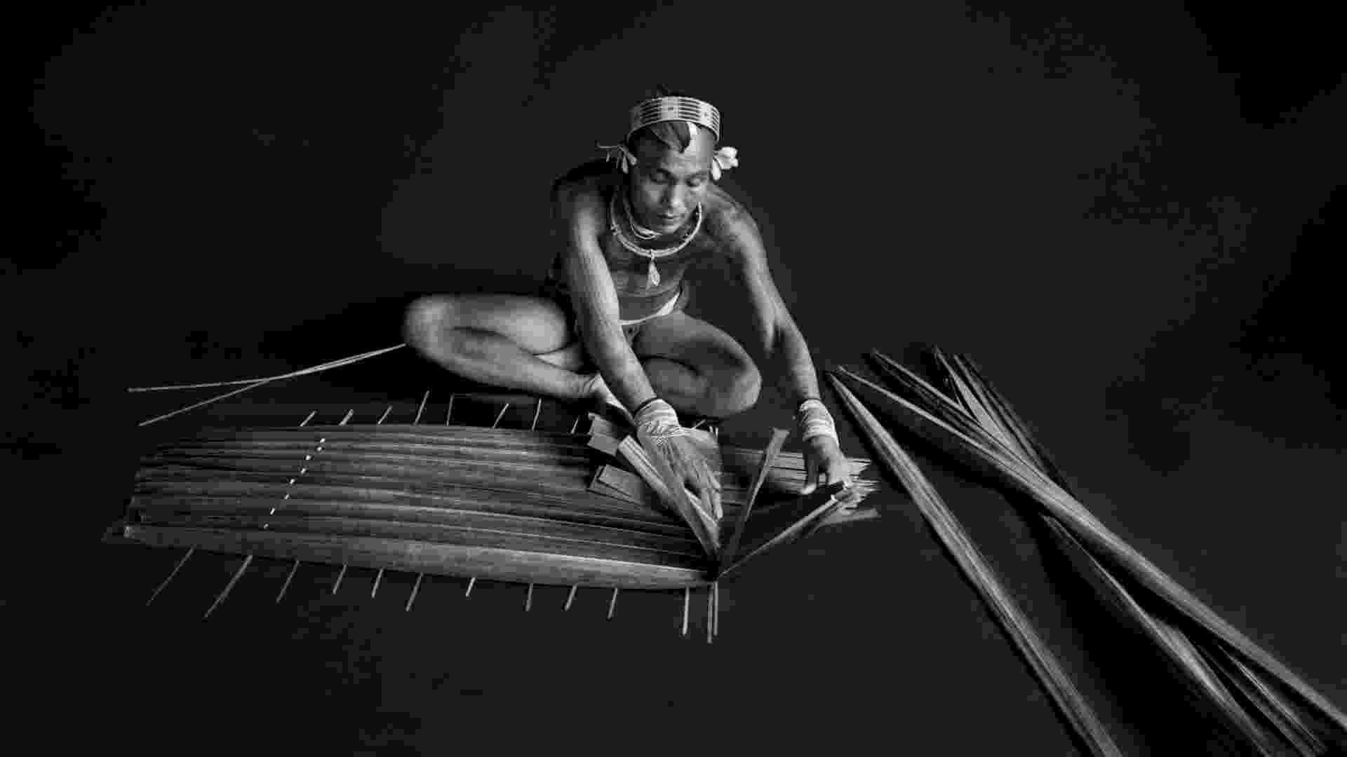 """08.abr.2013 - O fotógrafo Sebastião Salgado registra um indígena na tribo de Mentawai (Sumatra) para o livro """"Gênesis"""" - Sebastião Salgado"""