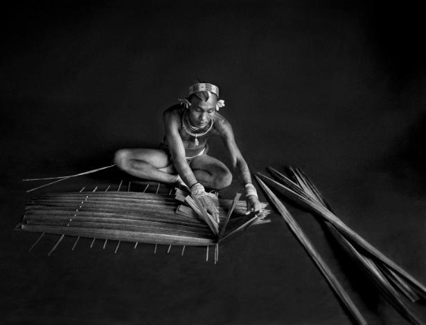 """Fotógrafo Sebastião Salgado registra um indígena na tribo de Mentawai (Sumatra) para o livro """"Gênesis"""" - Sebastião Salgado"""