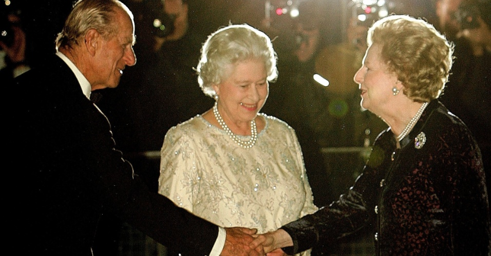 13.out.2005 - Ex-primeira-ministra britânica, Margaret Thatcher, recebe o príncipe Phillip (esq.) e a rainha Elizabeth (centro), em seu aniversário de 80 anos, em um hotel no centro de Londres