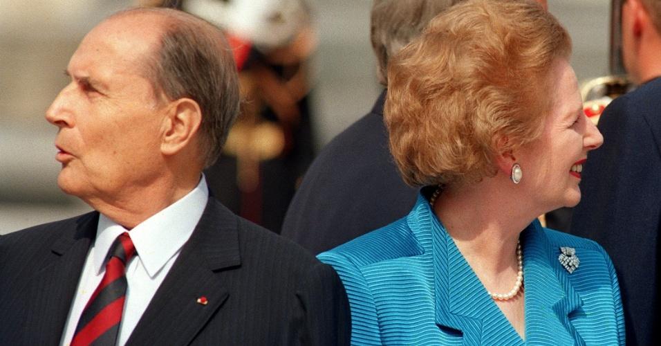 14.jul.1989 - O então presidente da França François Miterrand e a então primeira-ministra do Reino Unido Margaret Thatcher olham para direções opostas em visita à Pirâmide do Louvre em Paris durante encontro dos 7 países mais industrializados