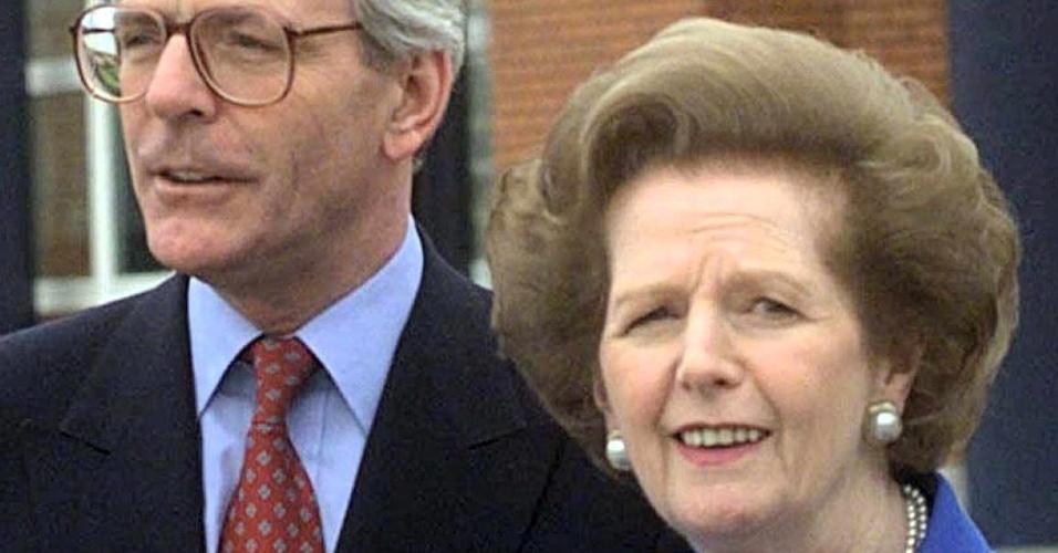 16.abr.1999 A ex-primeira-ministra britânica Margaret Thatcher (dir.) se encontra com o também ex-primeiro-ministro britânico John Major, em Londres, no Reino Unido