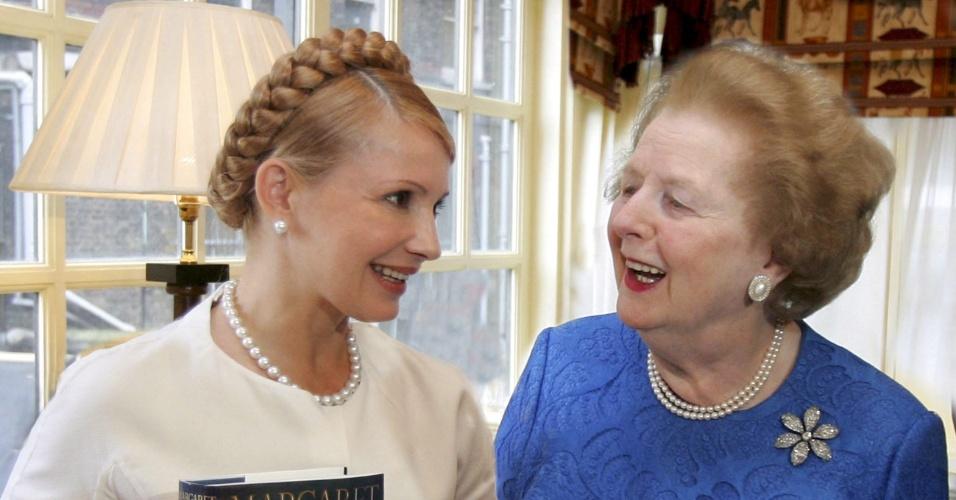 20.set.2007 - Ex-primeira ministra ucraniana Yulia Tymoschenko (à esq.) se encontra com Margaret Thatcher em Londres, na Inglaterra. Thatcher foi primeira-ministra do Reino Unido de 1979 a 1990, o maior período contínuo no governo para um primeiro-ministro britânico desde o início do século 19
