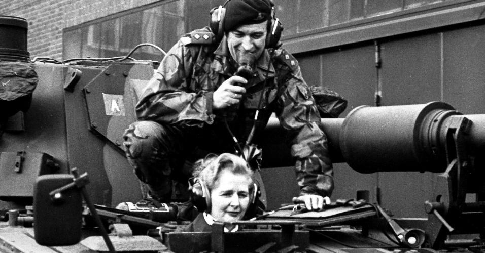 23.jan.1976 - Margaret Thatcher, então parlamentar do Partido Conservador britânico, anda em tanque com o tenente Parradine no oeste da Alemanha. Thatcher foi primeira-ministra do Reino Unido de 1979 a 1990, o maior período contínuo no governo para um primeiro-ministro britânico desde o início do século 19