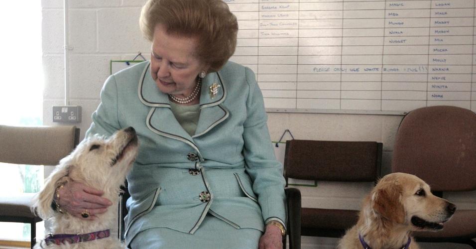 2.jun.2009 - Margaret Thatcher dá carinho em cachorro durante inauguração de centro de treinamento canino em Heyshott, West Sussex, Inglaterra. Thatcher foi primeira-ministra do Reino Unido de 1979 a 1990, o maior período contínuo no governo para um primeiro-ministro britânico desde o início do século 19