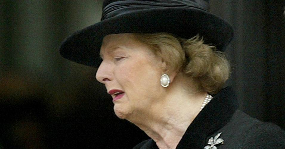 30.out.2003 - Margaret Thatcher se emociona durante evento em memória de seu marido, Sir Denis Thatcher, que morreu em junho de 2003