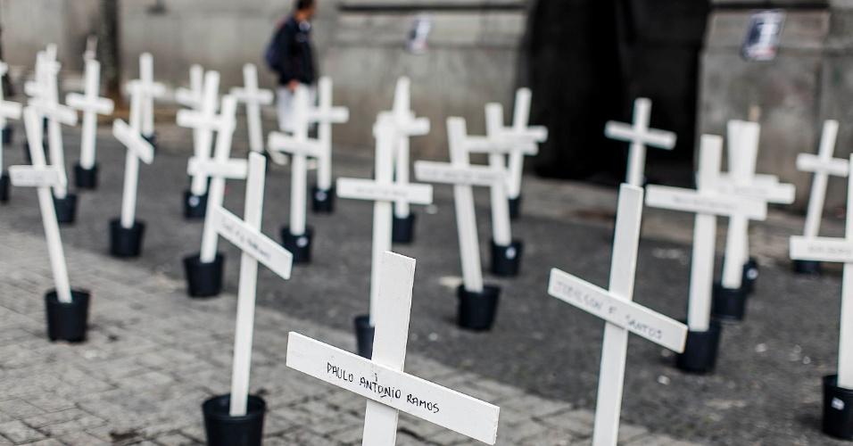 8.abr.2013 - Cento e uma cruzes foram colocadas na manhã desta segunda-feira (8), em frente ao largo São Francisco, no centro de São Paulo, por alunos da Faculdade de Direito da USP, em lembrança aos mortos do massacre do Carandiru, ocorrido há 20 anos, onde morreram 101 presos. Previsto para começar nesta segunda-feira, o julgamento dos 26 policiais, acusados de assassinar 15 dos 101 presos mortos no dia 2 de outubro de 1992, foi adiado após uma das juradas passar mal
