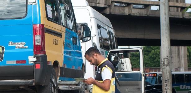 Fiscal do Detro (Departamento de Transportes Rodoviários do Estado do Rio de Janeiro) inspeciona van durante fiscalização no último dia 8