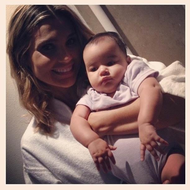 """8.abr.2013 - Flávia Alessandra cuida do bebê de Morena em """"Salve Jorge"""""""