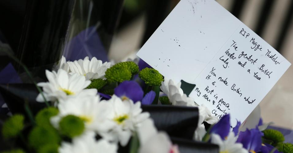 8.abr.2013 - Flores e um cartão em homenagem à ex-primeira ministra do Reino Unido Margaret Thatcher são vistas em frente a sua casa em Londres. Thatcher morreu nesta segunda-feira (8) aos 87 anos, vítima de um derrame, segundo um porta-voz da família. Ela foi a primeira mulher a governar o Reino Unido e permaneceu 11 anos no poder