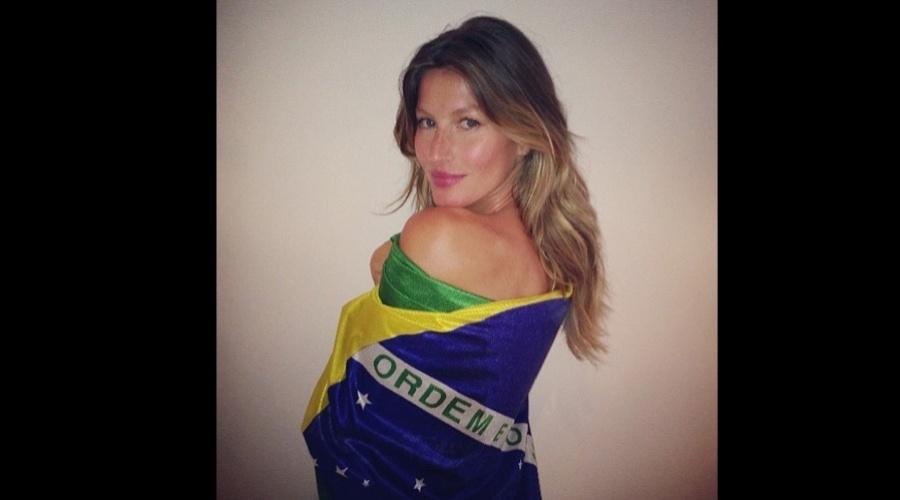 8.abr.2013 - Gisele Bündchen criou uma página no Instagram (rede social de compartilhamento de imagens) e divulgou uma foto onde aparece enrolada em uma bandeira do Brasil