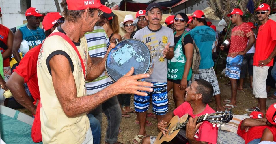 8.abr.2013 - Grupo de famílias do MST (Movimento dos Trabalhadores Sem Terra) se reúne no município de Camaçari, região metropolitana de Salvador, nesta segunda-feira (08), antes de dar início a uma marcha de cerca de 50 quilômetros em direção à capital baiana