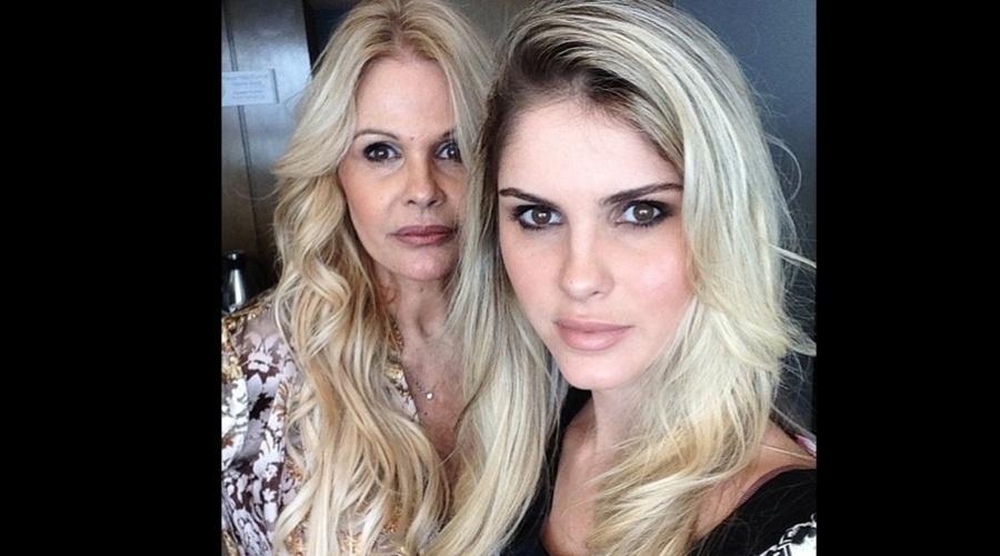 """8.abr.2013 - Monique Evans e a filha, Bárbara Evans, fizeram um ensaio juntas. A imagem foi divulgada por meio do instagram da modelo. """"Trabalho com a mamãe"""", escreveu Bárbara"""