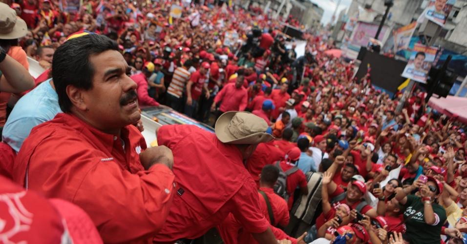 8.abr.2013 - O presidente em exercício da Venezuela, e candidato ao cargo, Nicolás Maduro, participa de comício eleitoral na cidade de Maturn, no Estado venezuelano de Monagas