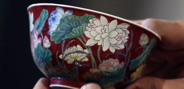 """Tigela de porcelana chinesa do período Kangxi mostrada após ser vendida por US$ 9,5 milhões na casa de leilões Sotheby""""s em Hong Kong. - REUTERS/Bobby Yip"""