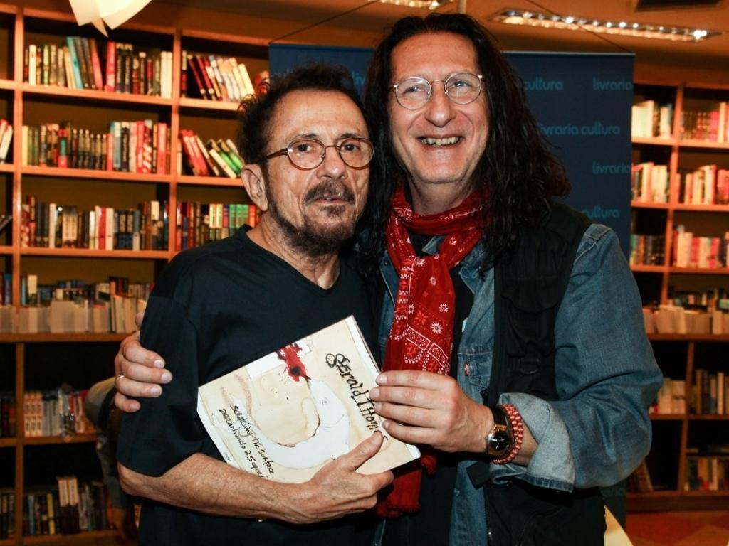 8.abr.2013 - Tom Zé prestigiou a sessão de autógrafos do livro