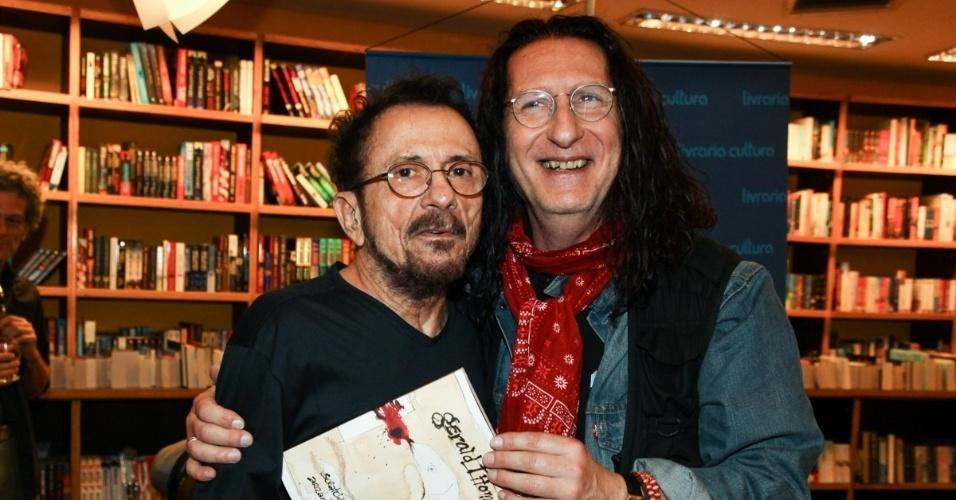 """8.abr.2013 - Tom Zé prestigiou a sessão de autógrafos do livro """"Gerald Thomas, Arranhando a Superfície"""", escrito pelo dramaturgo Gerald Thomas"""