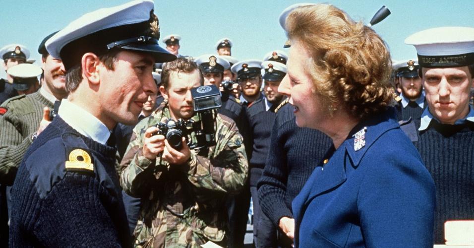 8.jan.1983 - Margaret Thatcher conhece tripulação do navio HMS Antrim durante visita de cindo dias às Ilhas Malvinas. Thatcher foi primeira-ministra do Reino Unido de 1979 a 1990, o maior período contínuo no governo para um primeiro-ministro britânico desde o início do século 19