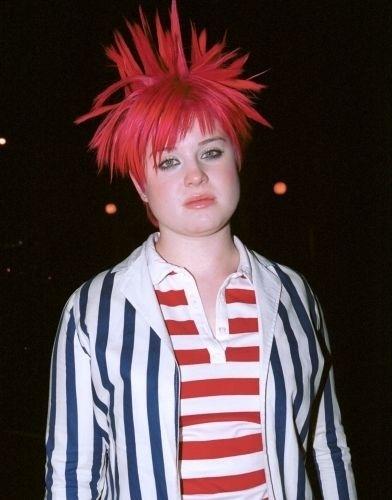 A cantora Kelly Osbourne contou em um livro que se viciou em remédios aos 16 anos. Ela se internou em 2004 para tratar do vício em analgésicos