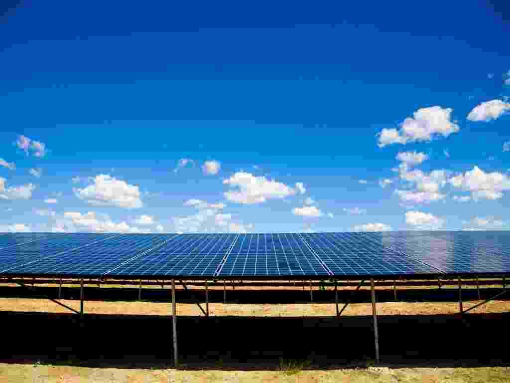 A usina solar Tauá (CE) conta com 4.680 painéis fotovoltaicos para converter a energia solar em elétrica, numa área de aproximadamente 12 mil metros quadrados. Foram investidos cerca de R$ 10 milhões na unidade - Divulgação