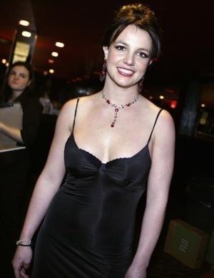 Britney Spears foi internada em 2007, numa época que raspou o cabelo e agrediu fotógrafos. Ela frequentou o AA
