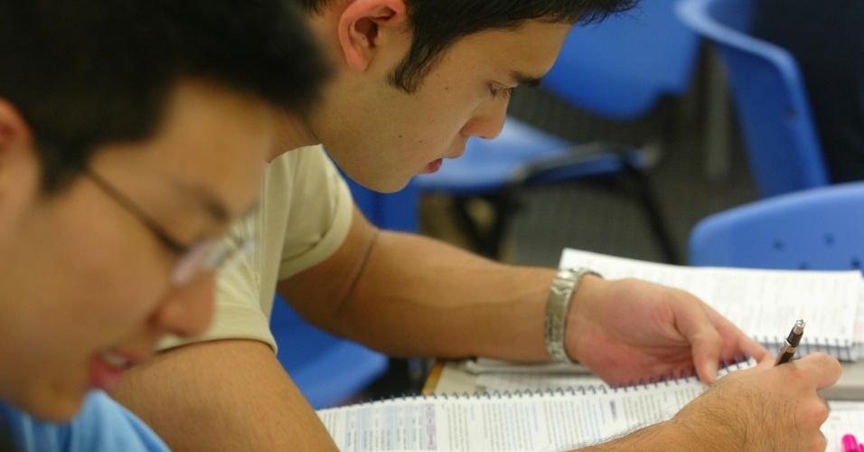 """Escreva - De acordo com coordenador pedagógico do CPV Vestibulares, Élcio Bertolla, escrever ajuda a compreender o assunto que está sendo tratado. """"Embora seja um ótimo exercício para adquirir vocabulário e conhecer novas palavras, no momento do estudo, se o aluno se render apenas à leitura do conteúdo, pode perder a concentração. A escrita ajuda na hora de relembrar o conteúdo no momento em que é cobrado na prova"""""""