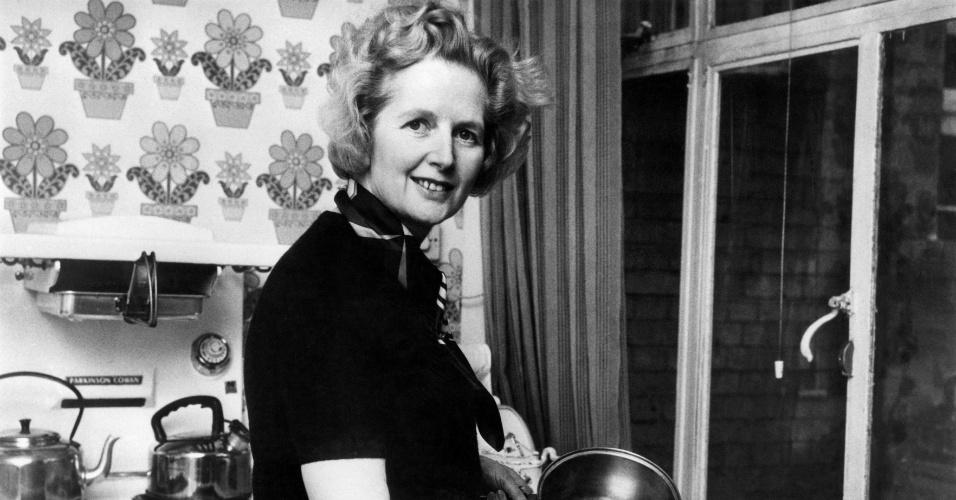 Fev.1975 - Então com 49 anos, Margaret Thacher posa para uma fotografia na cozinha de sua casa em Londres, após ser eleita líder do partido conservador britânico