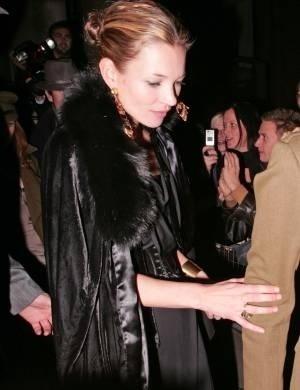 Kate Moss também foi internada, após fotos suas cheirando cocaína caírem na rede