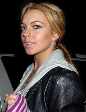 Lindsay Lohan passou boa parte do ano de 2007 em uma clínica de reabilitação. Voltou às baladas. Em 2010, ela precisou usar uma tornozeleira que media o nível de álcool em seu corpo. Mas em 2011, ela voltou a se internar em uma clínica para tratar sua dependência química e também fugir da prisão