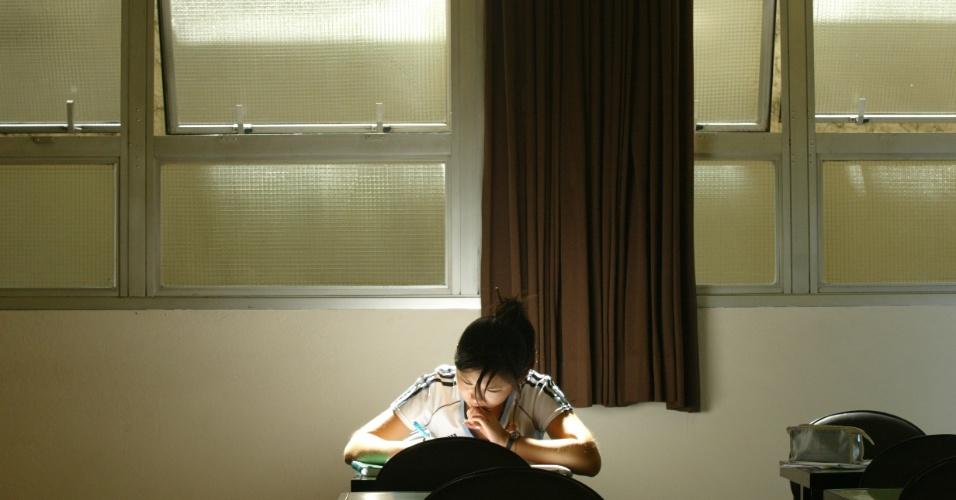 """Local de estudo organizado - Segundo o coordenador pedagógico do CPV Vestibulares, Élcio Bertolla, para se concentrar na hora de estudar é preciso silêncio, tranquilidade, um lugar isolado e bem iluminado. O professor afirma que é importante """"deixar as distrações de lado"""""""