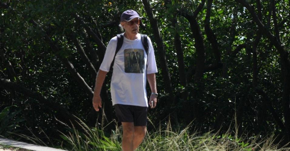 8.abr.2013 - Ney Latorraca caminha pela orla da Lagoa na zona sul do Rio