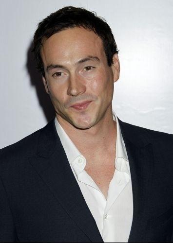 """O ator Chris Klein, da série de filmes """"American Pie"""", admitiu ser alcoolatra, e se internou em uma clínica de reabilitação após ser preso dirigindo bêbado em junho de 2010"""